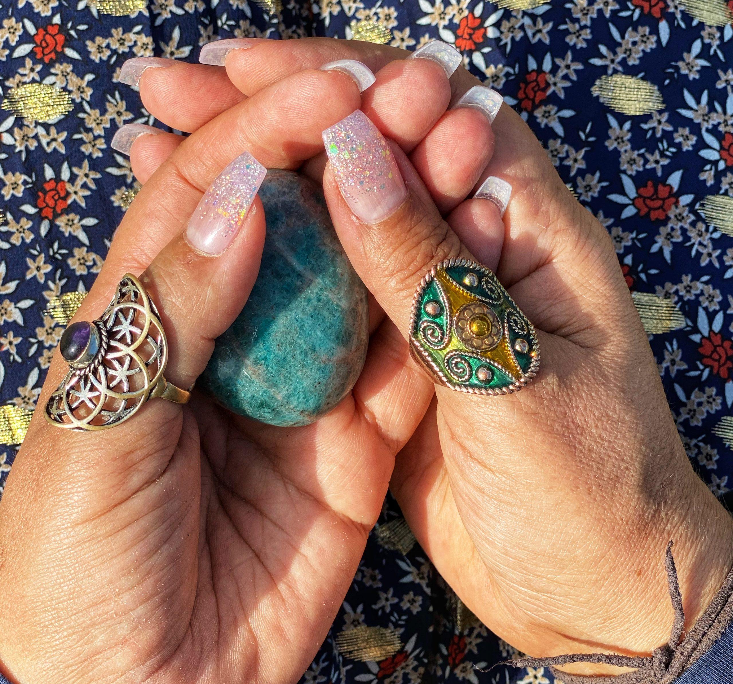 steen in de handen houden