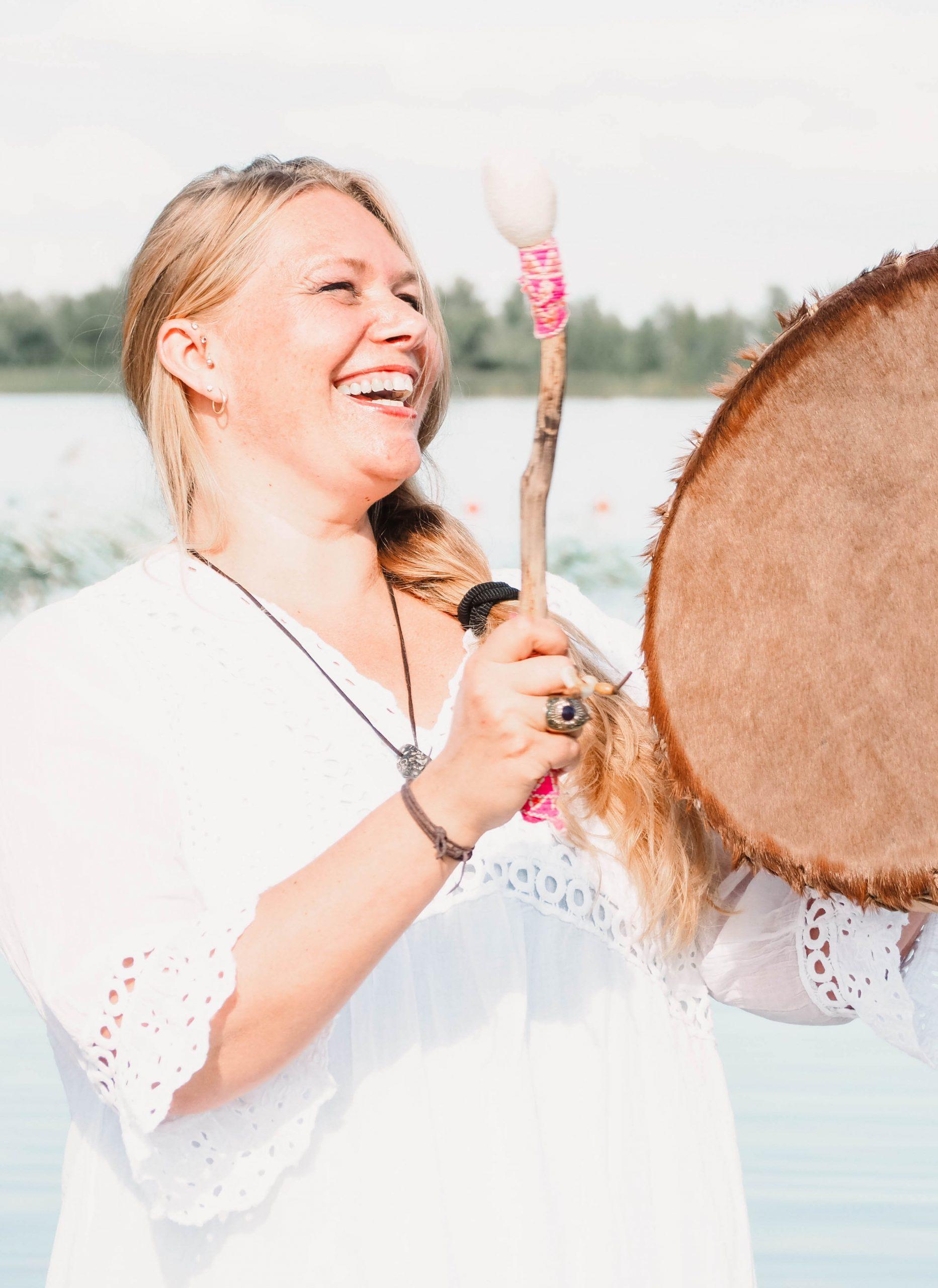 een glimlach met de sjamanistische drum