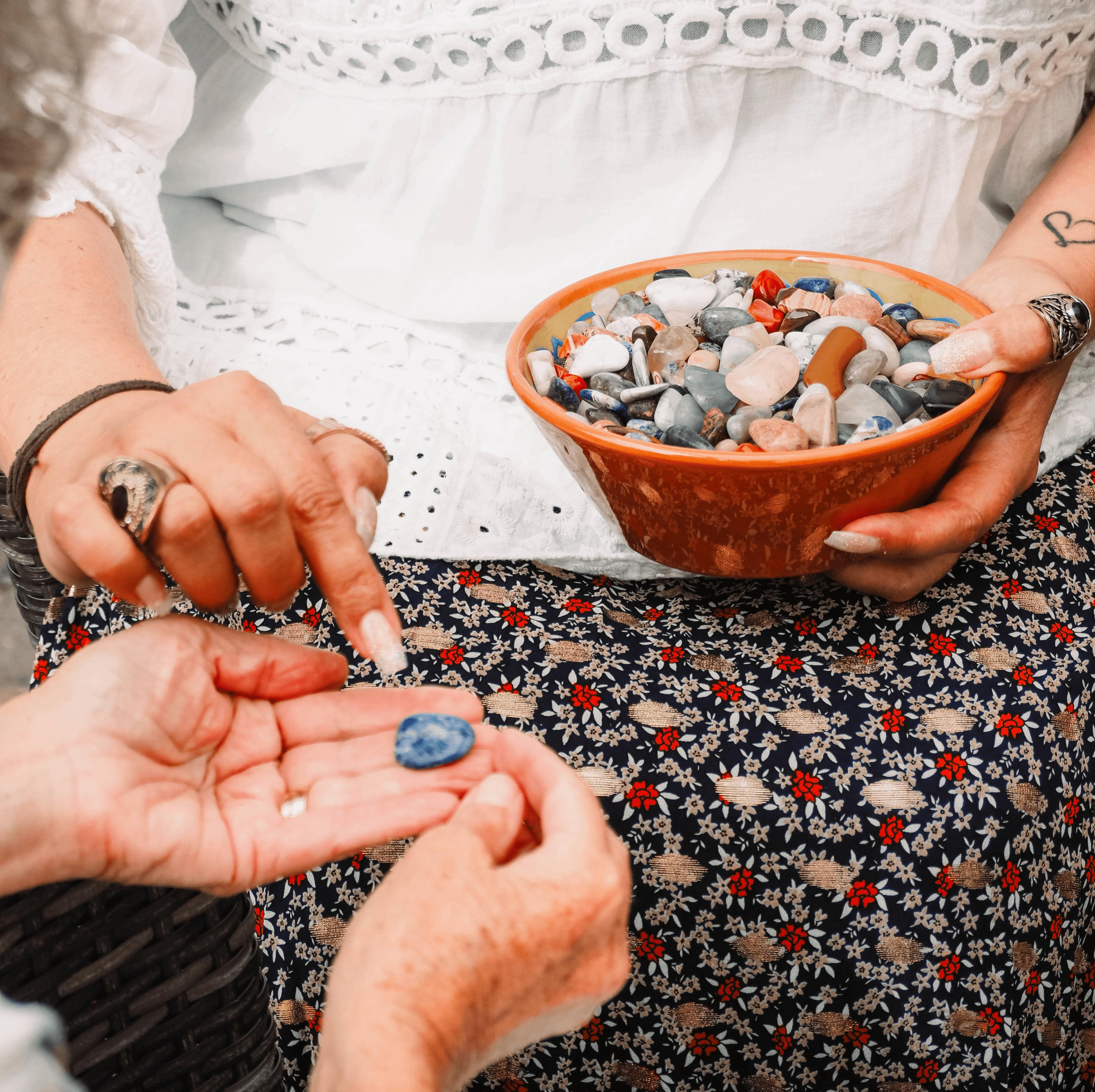 edelstenen in keramiek bakje met hand